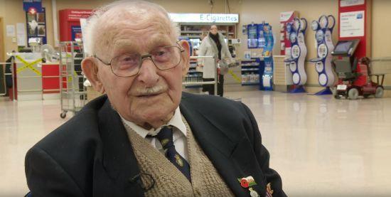 Вік добрим справам не завада: 100-річний британець щодня волонтерить