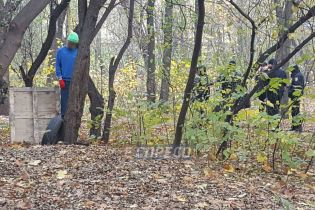 У Києві в парку чоловік повісився на ремені