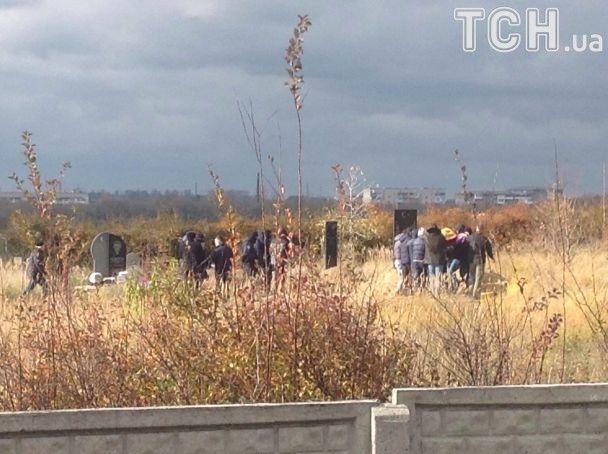 На похоронах Окуевой собрались около сотни близких и побратимов