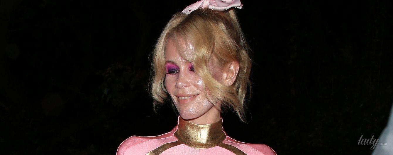 В обтягивающем розовом костюме: Клаудия Шиффер показала стройную фигуру на Хэллоуин-вечеринке