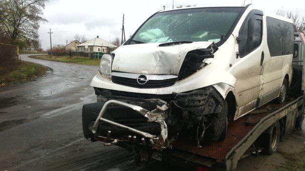 На Луганщине микроавтобус на скорости влетел в дерево, пострадали четверо человек