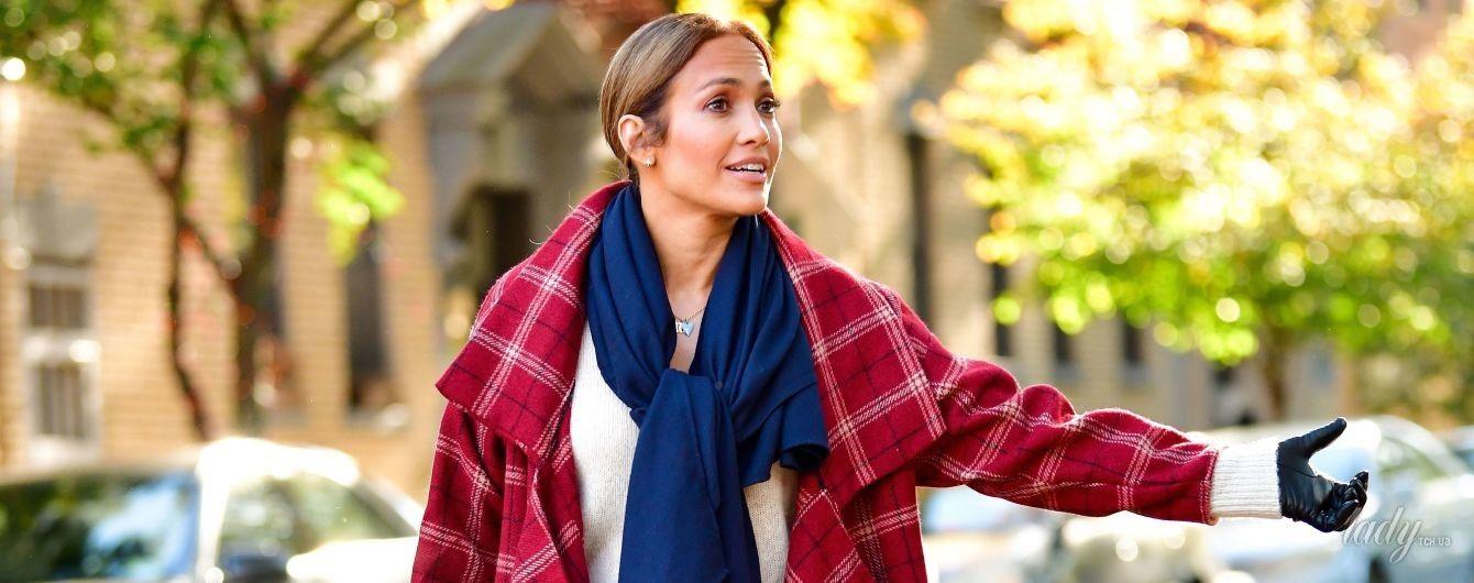 В стильном пальто и ярких ботильонах: Джей Ло на съемках в Нью-Йорке