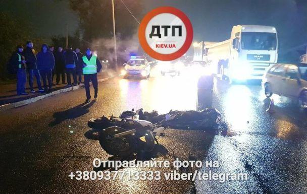 В Киеве мотоциклист погиб под колесами самосвала