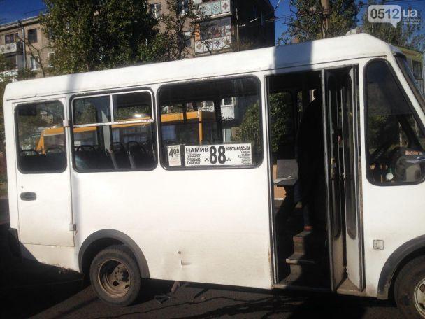 """В Николаеве водитель маршрутки протаранил """"девятку"""" и троллейбус"""