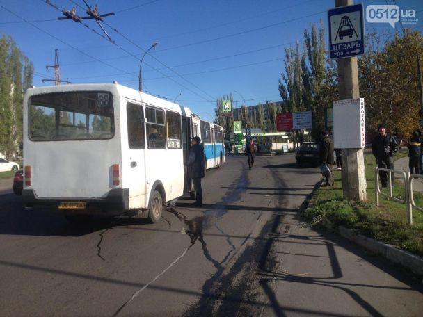 """У Миколаєві водій маршрутки протаранив """"дев'ятку"""" і тролейбус"""