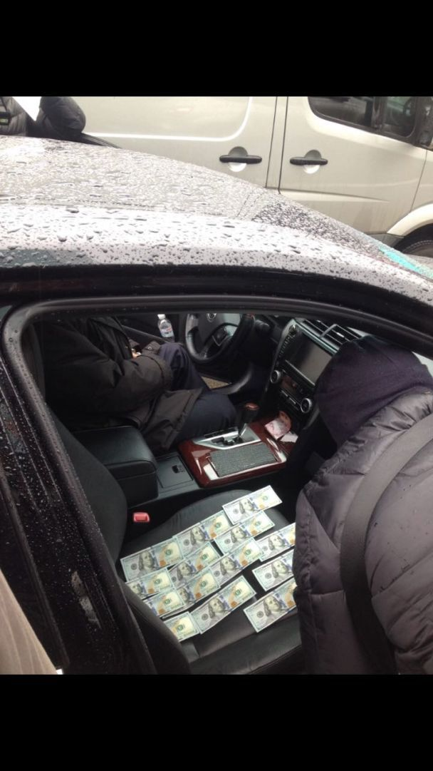 В Киеве на взятке в 7 тыс. долларов разоблачили чиновника Госавиаслужбы