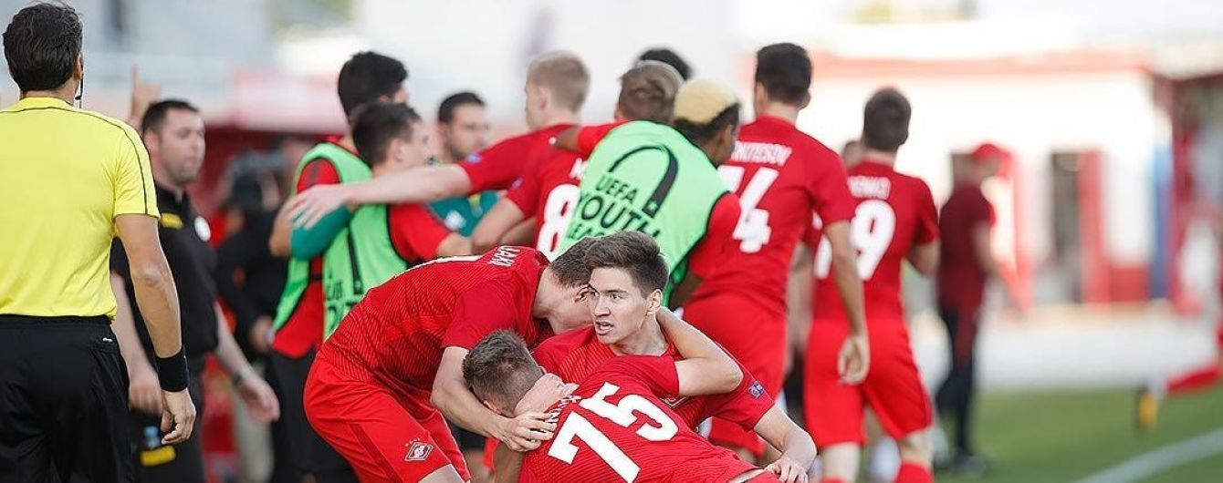 Коли симуляція - не твоє: футболісти російського клубу одночасно впали на газон, скорчившись від болю