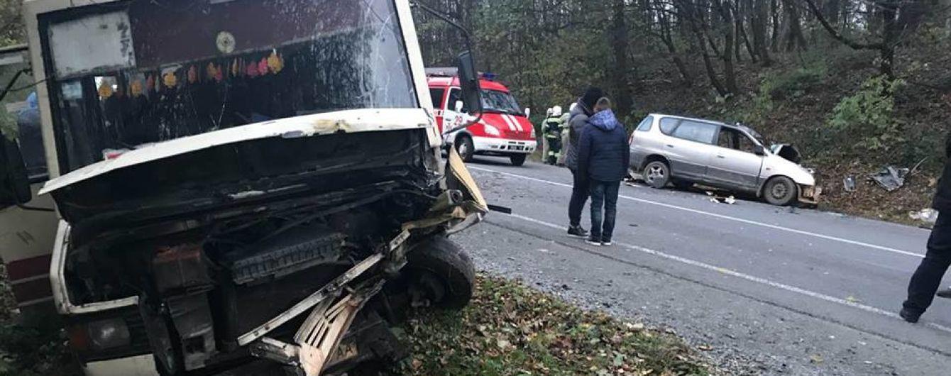 На Львівщині легковик врізався в автобус – семеро травмованих
