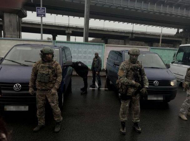 СБУ задержала двух россиян за сожжение автомобиля семьи нардепа и организацию фейковых митингов
