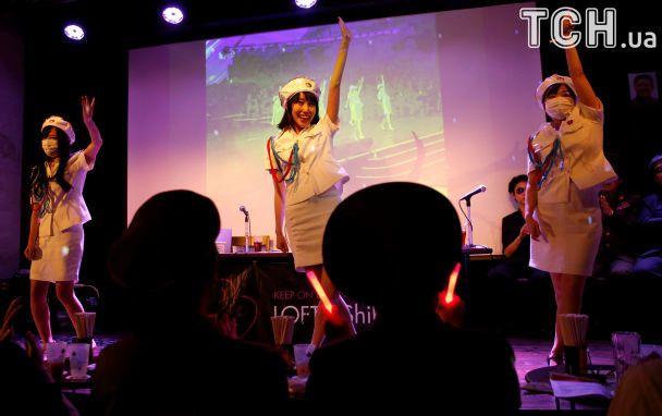 """Селфи с """"вождями"""", танцы под любимые песни Ким Чен Ына: в Японии появился фан-клуб КНДР"""