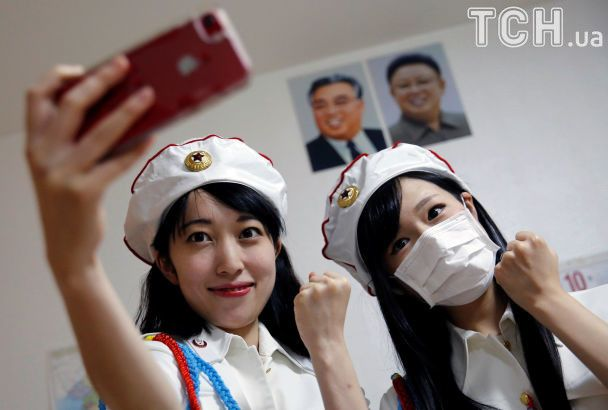 """Селфі з """"вождями"""", танці під улюблені пісні Кім Чен Ина: в Японії з'явився фан-клуб КНДР"""