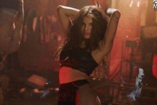 Мишель Андраде повисела на башенном кране в кожаном белье в провокационном клипе