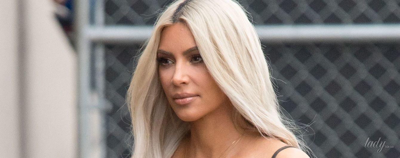В кроп-топе без лифчика и обтягивающей юбке: Ким Кардашьян в объективах папарацци