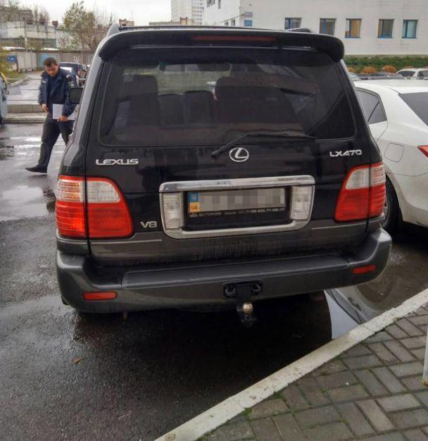 У центрі Харкова невідомі облили кислотою Lexus депутата обларади