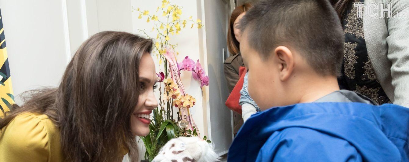 Джоли с улыбкой и в ярком платье получила награду на Международном фестивале азиатского кино