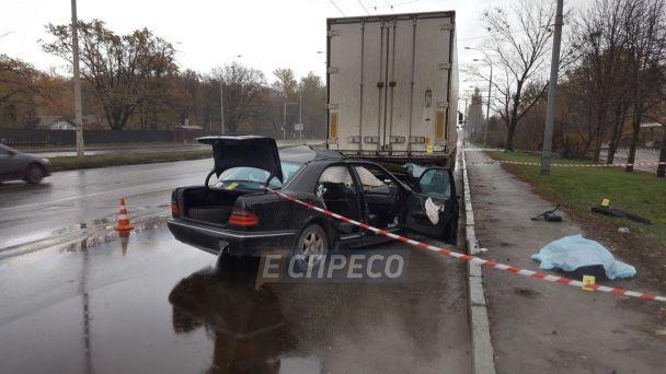 Смертельна ДТП у столиці: Mercedes із 22-річним водієм влетів у фуру
