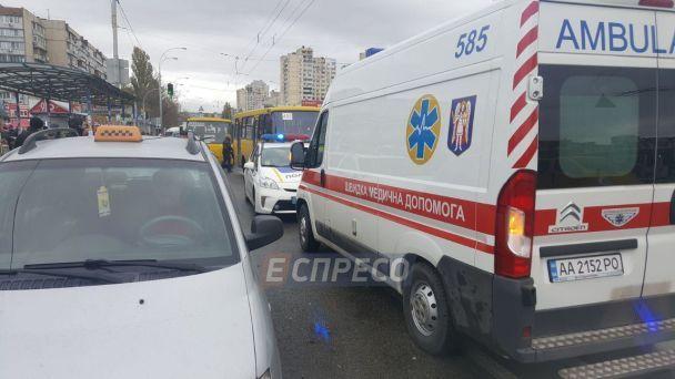 В Киеве возле остановки маршрутка насмерть сбила двух человек