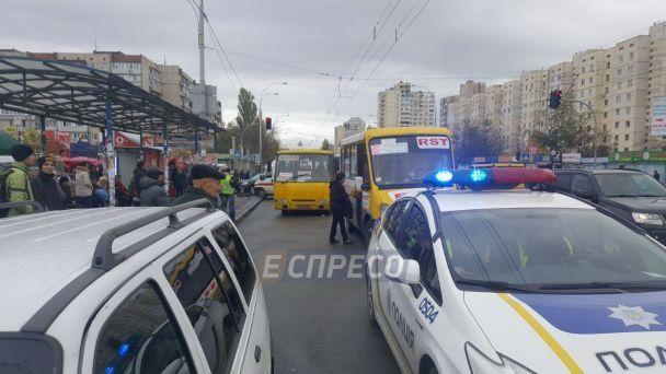У Києві біля зупинки маршрутка на смерть збила двох людей