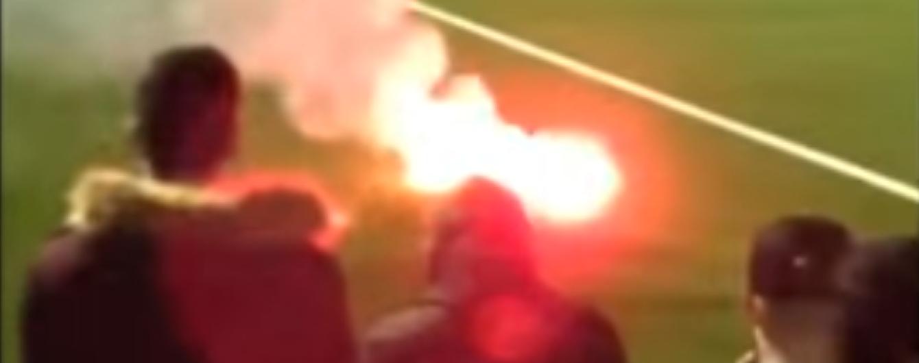 В Англии перед началом футбольного матча загорелся участок поля