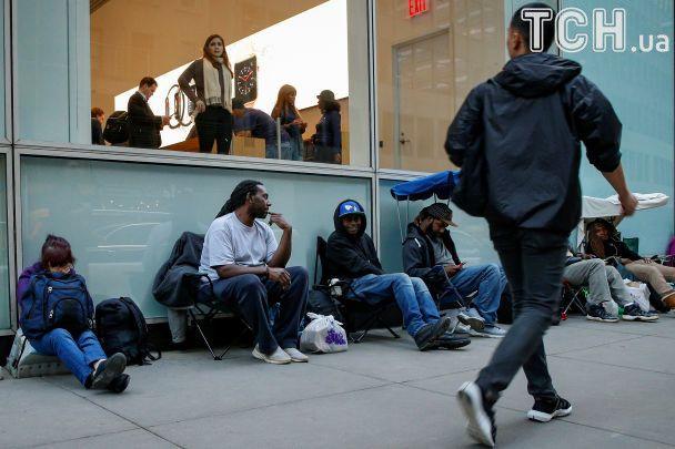 Торчание в очереди по три дня и перепродажа гаджетов под стенами магазинов. В мире стартовали продажи іPhone Х