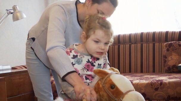Двом донькам поліцейського з Тернополя потрібна поміч у протистоянні загадковій хворобі
