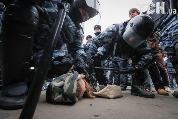 У Москві поліція влаштувала облаву на учасників маршу націоналістів і ледь не затоптала дівчину