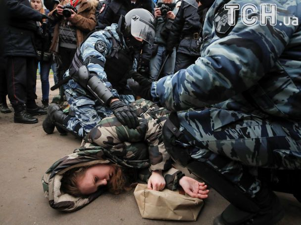В Москве полиция задержала участников сорвавшегося марша националистов и чуть не затоптала девушку