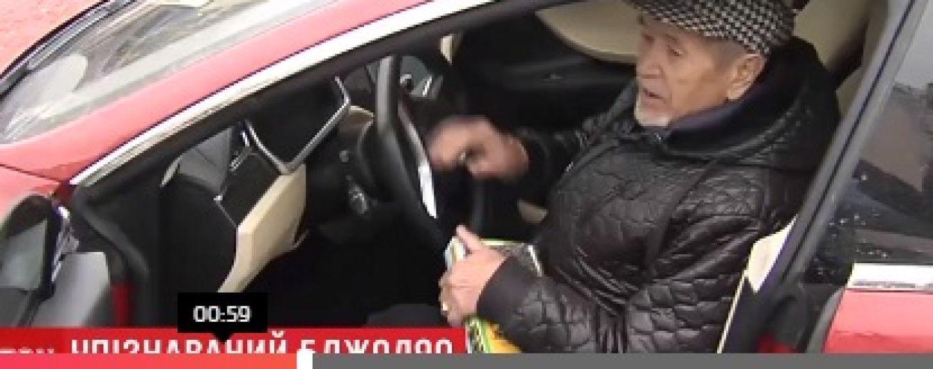 """Сеть взорвало видео с 82-летним дедушкой в Киеве, который продает мед из багажника """"Tesla"""""""