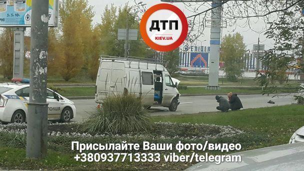На столичной Оболони столкнулись легковушка и микроавтобус, есть пострадавшие