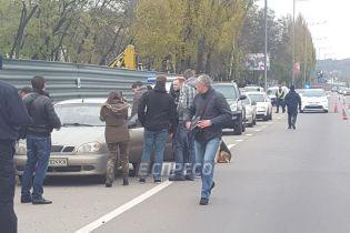 На Столичному шосе біля узбіччя виявили автомобіль з трупом