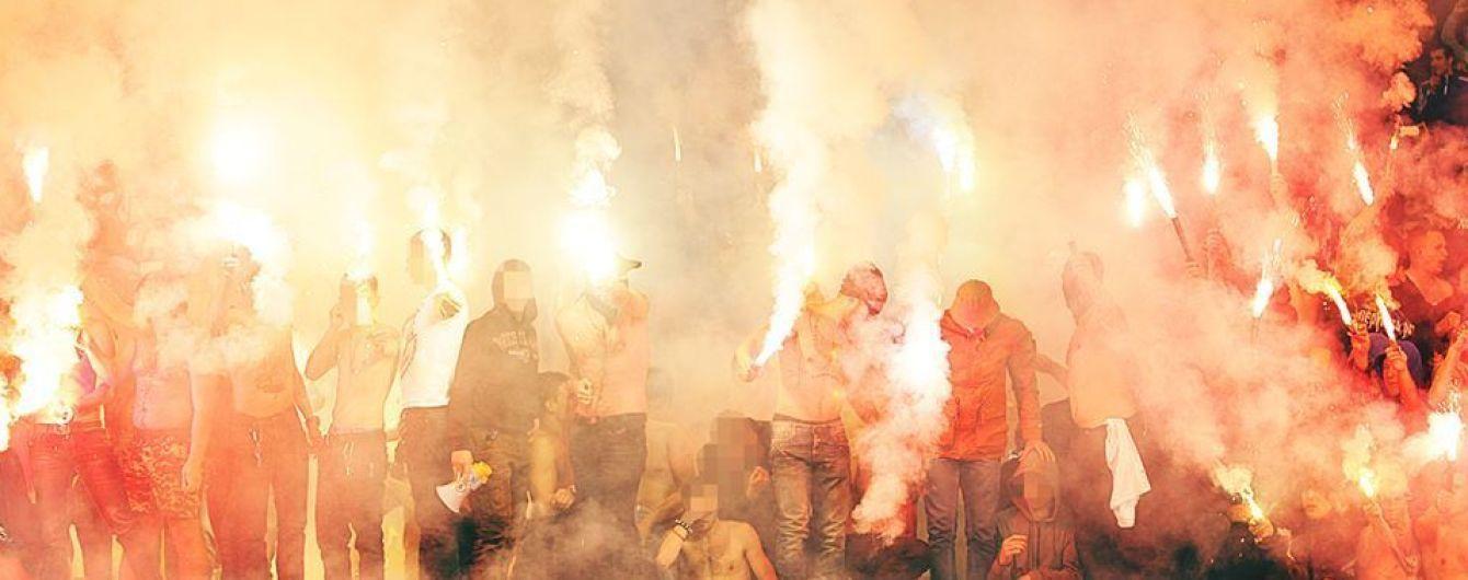 Футбольные фанаты устроили массовую драку в Киеве