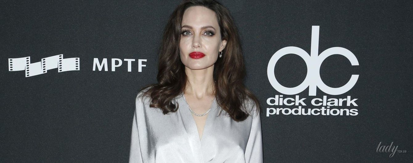 В платье-халате и с ярко-красными губами: Анджелина Джоли на киноцеремонии в Голливуде