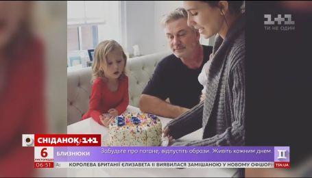 Жена Алека Болдуина необычным способом сообщила пол будущего ребенка