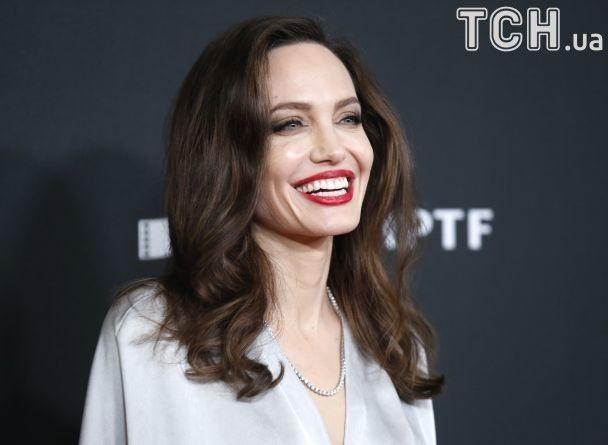 Hollywood Film Awards 2017: вишукана Джолі отримала нагороду, а Вінслет поцілувалася із акторкою