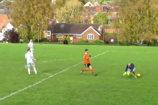 В Англии футболист забил издевательский гол после ляпа вратаря