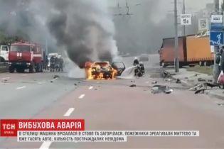 В Киеве авто влетело в столб на остановке и вспыхнуло