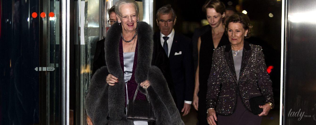 В мехах и стразах: королева Дании и королева Норвегии впечатлили своими вечерними образами