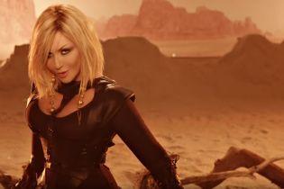 Зброя, пустеля і м'язисті чоловіки: Ірина Білик у сукні з пишним декольте зняла кліп