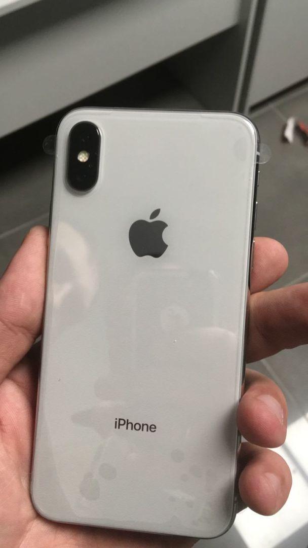 В одеському аеропорту прикордонники вилучили майже півсотні iPhone X