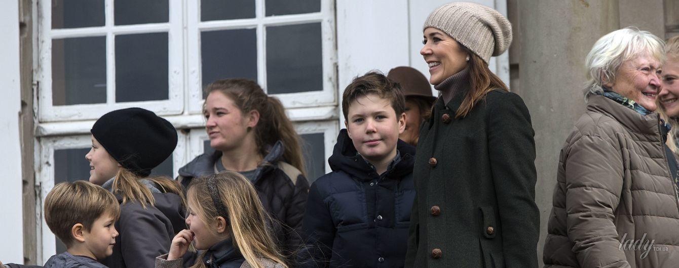 В стильном пальто и теплой шапке: принцесса Мэри на охоте