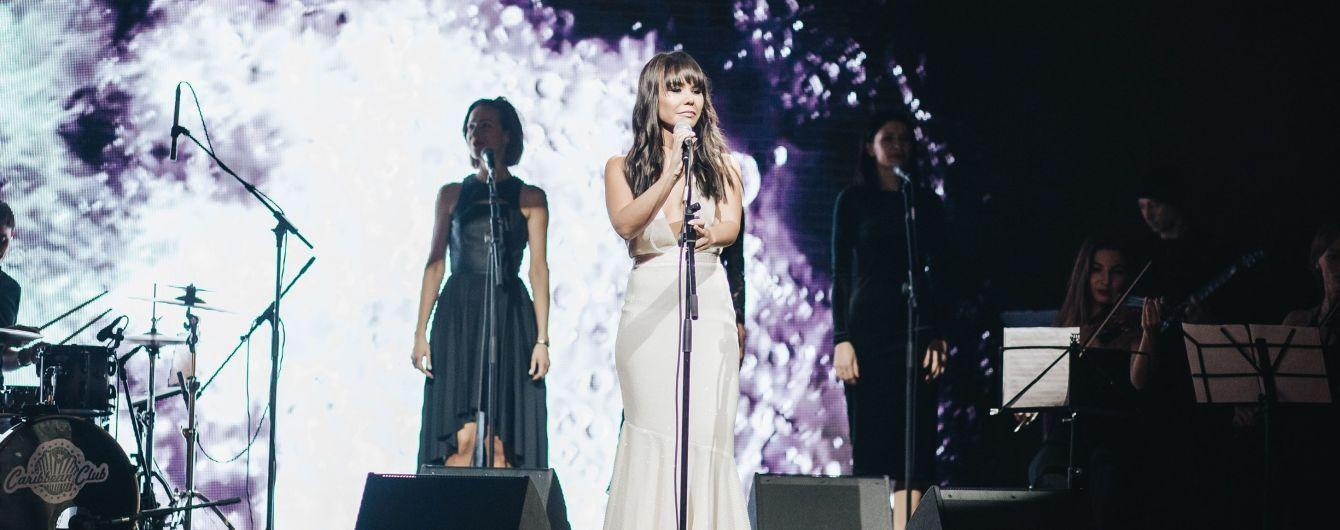 Певица VLADA вышла на сцену в платье со смелым декольте и обнаженной спиной