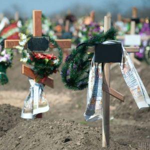 Позували оголеними на тлі могил: під Полтавою 7-класниці влаштували фотосесію на кладовищі