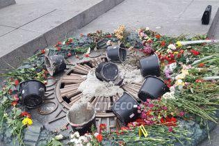 В Сети появилось видео, как вандалы заливают бетоном Вечный огонь в Киеве