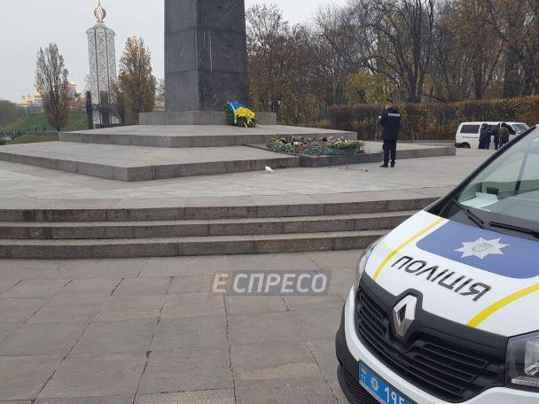 В Киеве вандалы залили цементом Вечный огонь