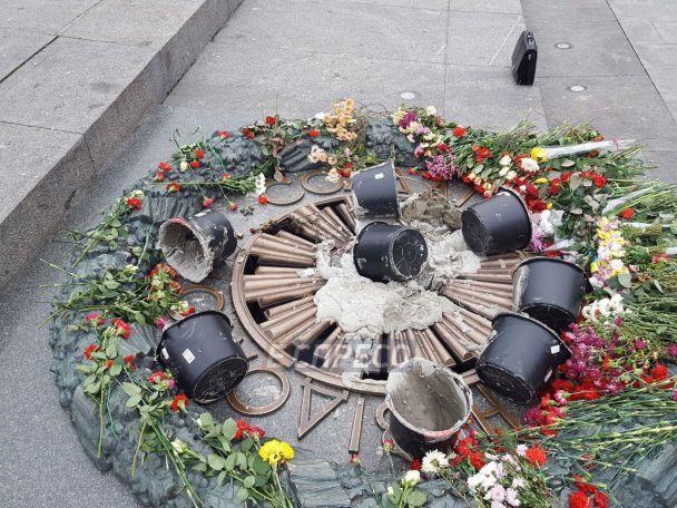 У Києві вандали залили цементом Вічний вогонь