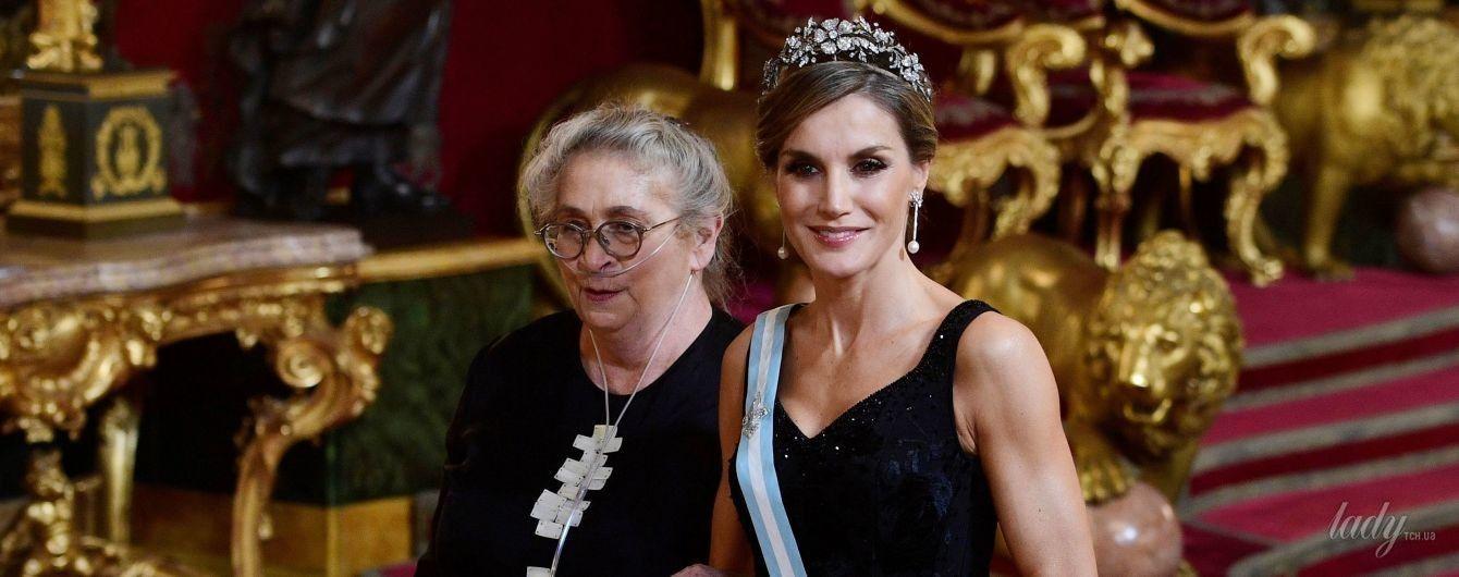 В вечернем платье и цветочной тиаре: королева Летиция на торжественном банкете во Дворце