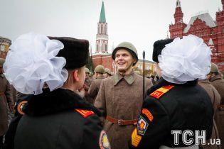 Рыцари, банты и ушанки. В Москве устроили военный парад