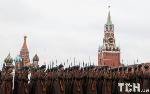 Лицарі, банти і вушанки. У Москві влаштували військовий парад