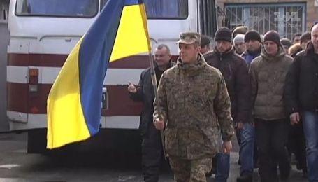 Во Львове и Киеве парням вручили повестки прямо в ночном клубе