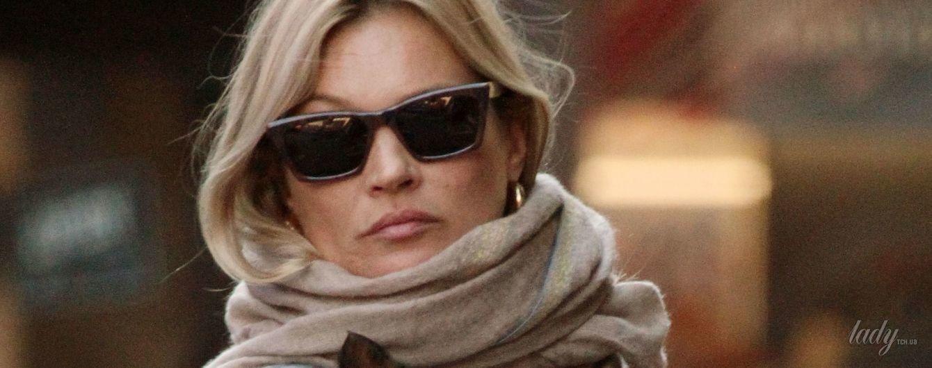 В питоновых сапогах и теплом свитере: Кейт Мосс с собачкой прогулялась по Лондону